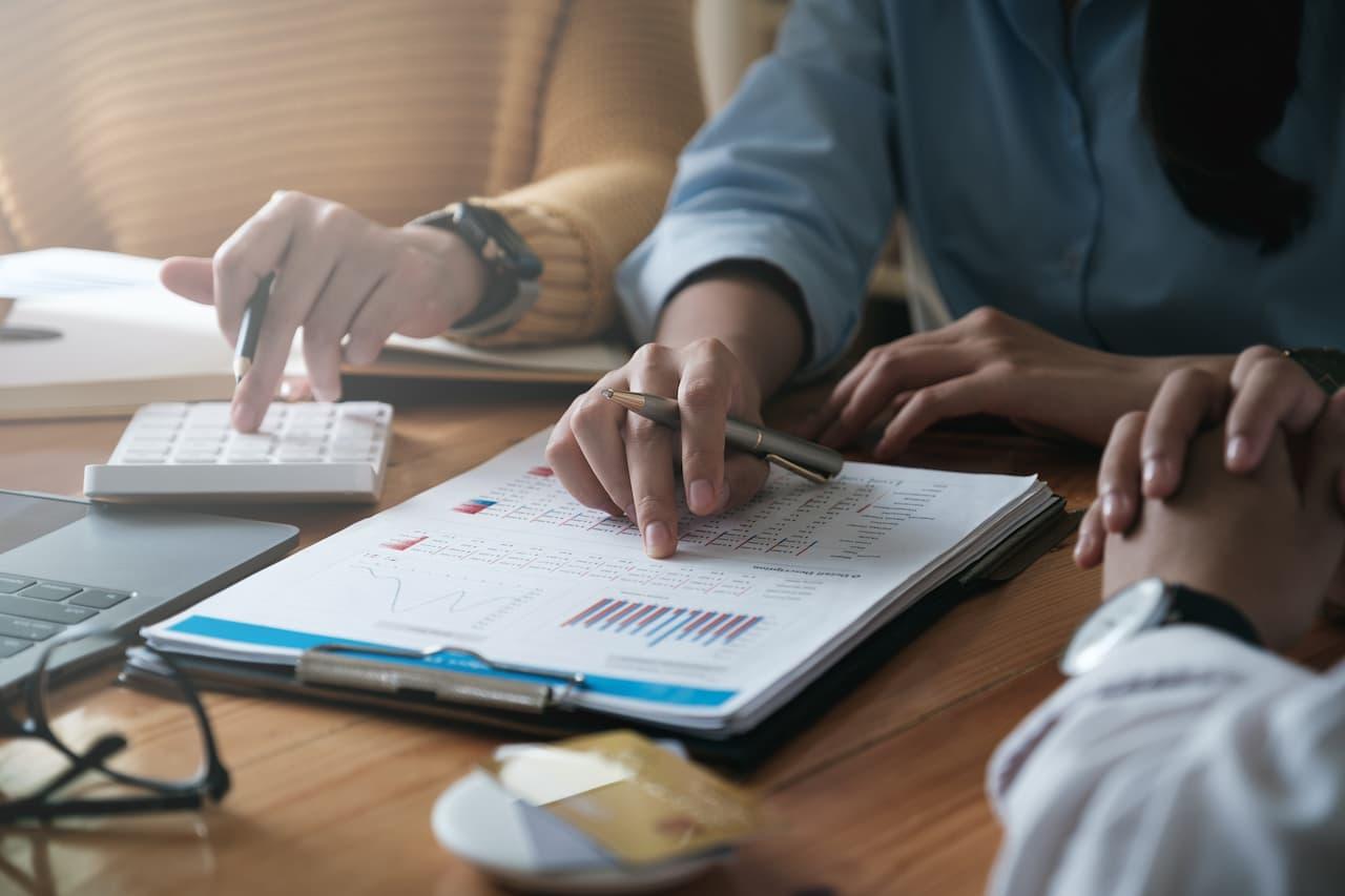 Kredyty indeksowane i denominowane – czym są i jakie występują pomiędzy nimi różnice?