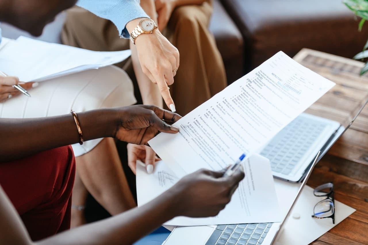 Niezgodne z prawem lub nieuzasadnione wypowiedzenie umowy o pracę – kiedy pracownik może dochodzić odszkodowania?