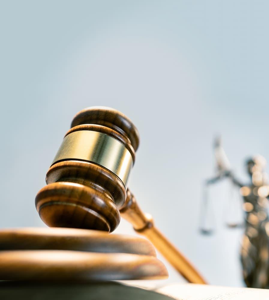 Wyrok zaoczny w postępowaniu sądowym – czym jest i jakie niesie ze sobą konsekwencje?
